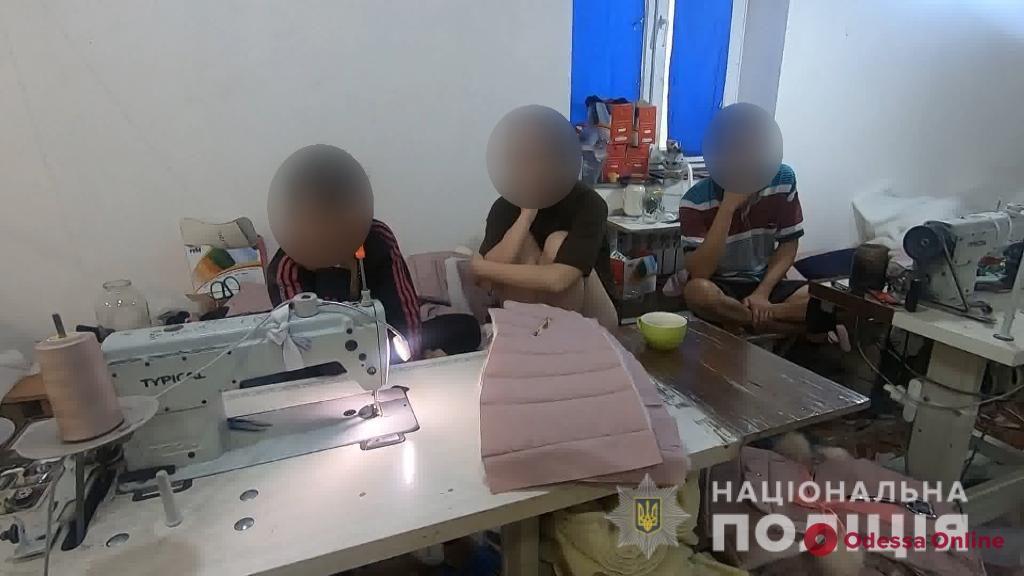 Под Одессой азиаты-нелегалы шили «брендовую одежду» (видео)