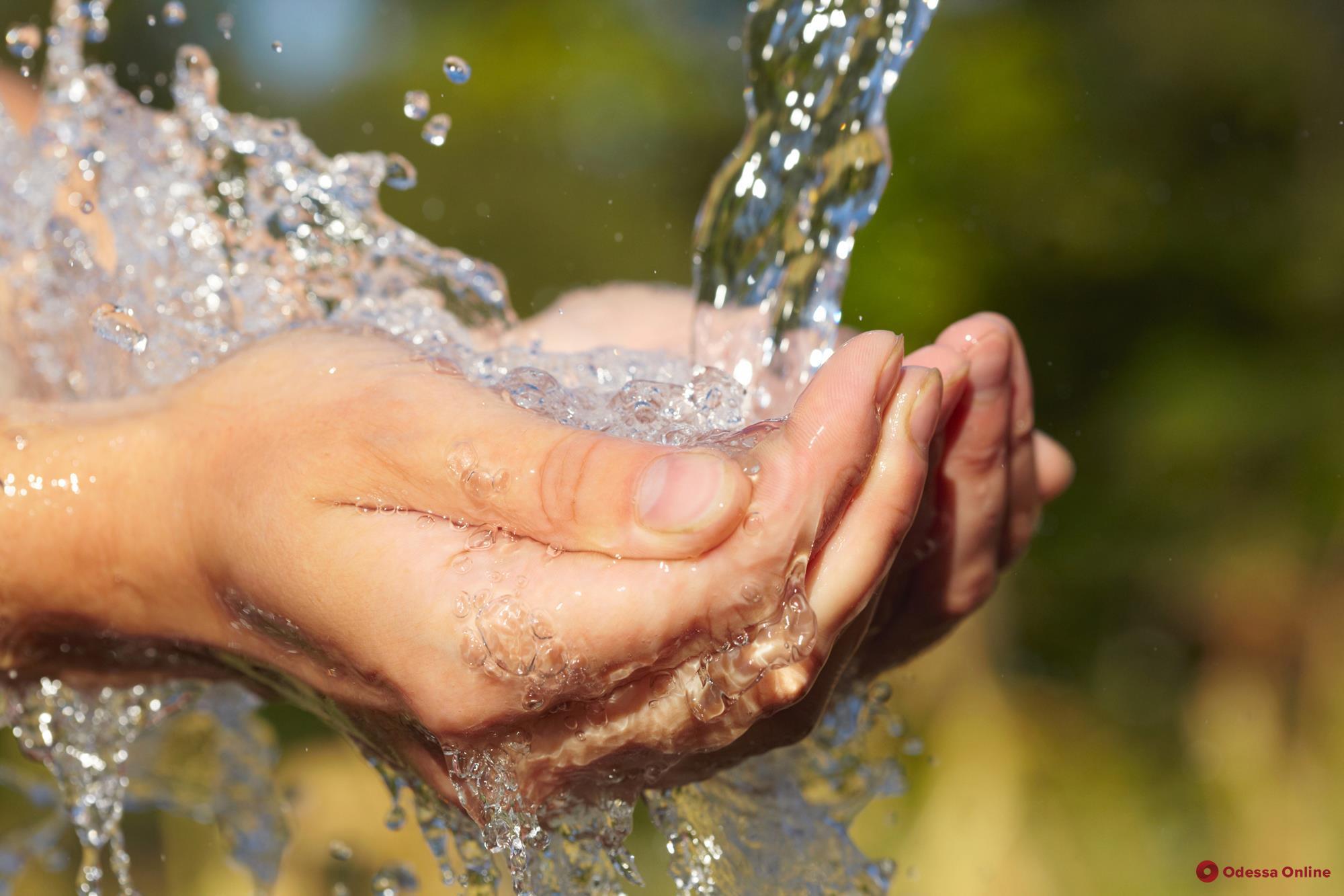Сутки «засухи» в Одессе: в городе будут дежурить автомобили для раздачи воды