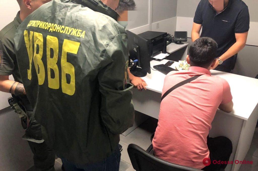 В Одесском аэропорту иностранцы пытались дать взятку пограничнику