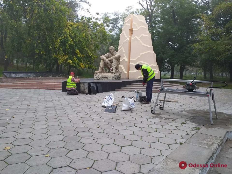 Коммунальщики наводят порядок возле памятников в Одессе