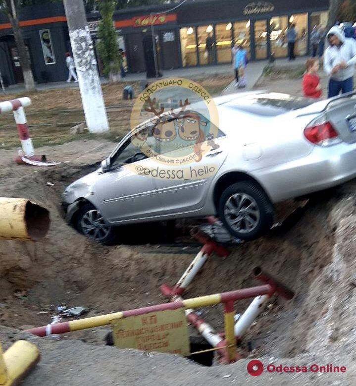 На поселке Котовского автомобиль вылетел в яму
