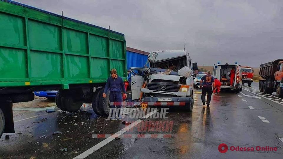 Под Одессой микроавтобус врезался в КамАЗ (обновлено)