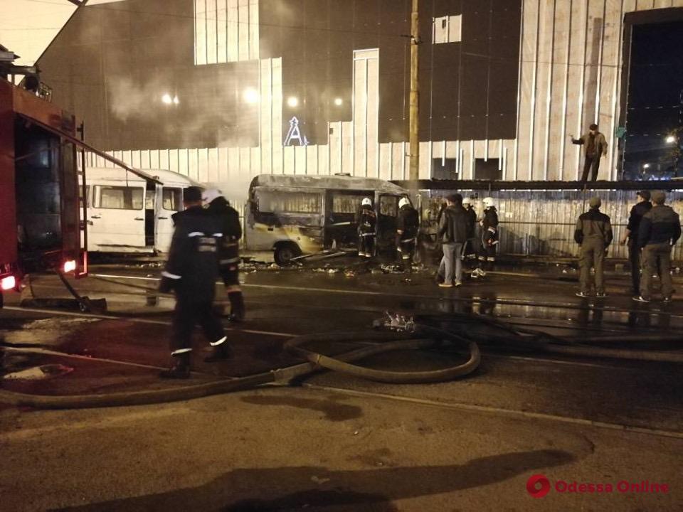 Одесса: возле Привоза горел микроавтобус (фото, видео)