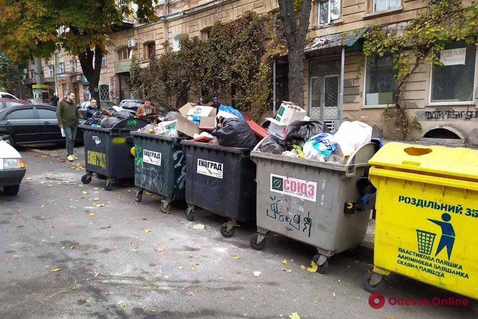 Коммунальщики провели рейд по местам сбора мусора в Одессе