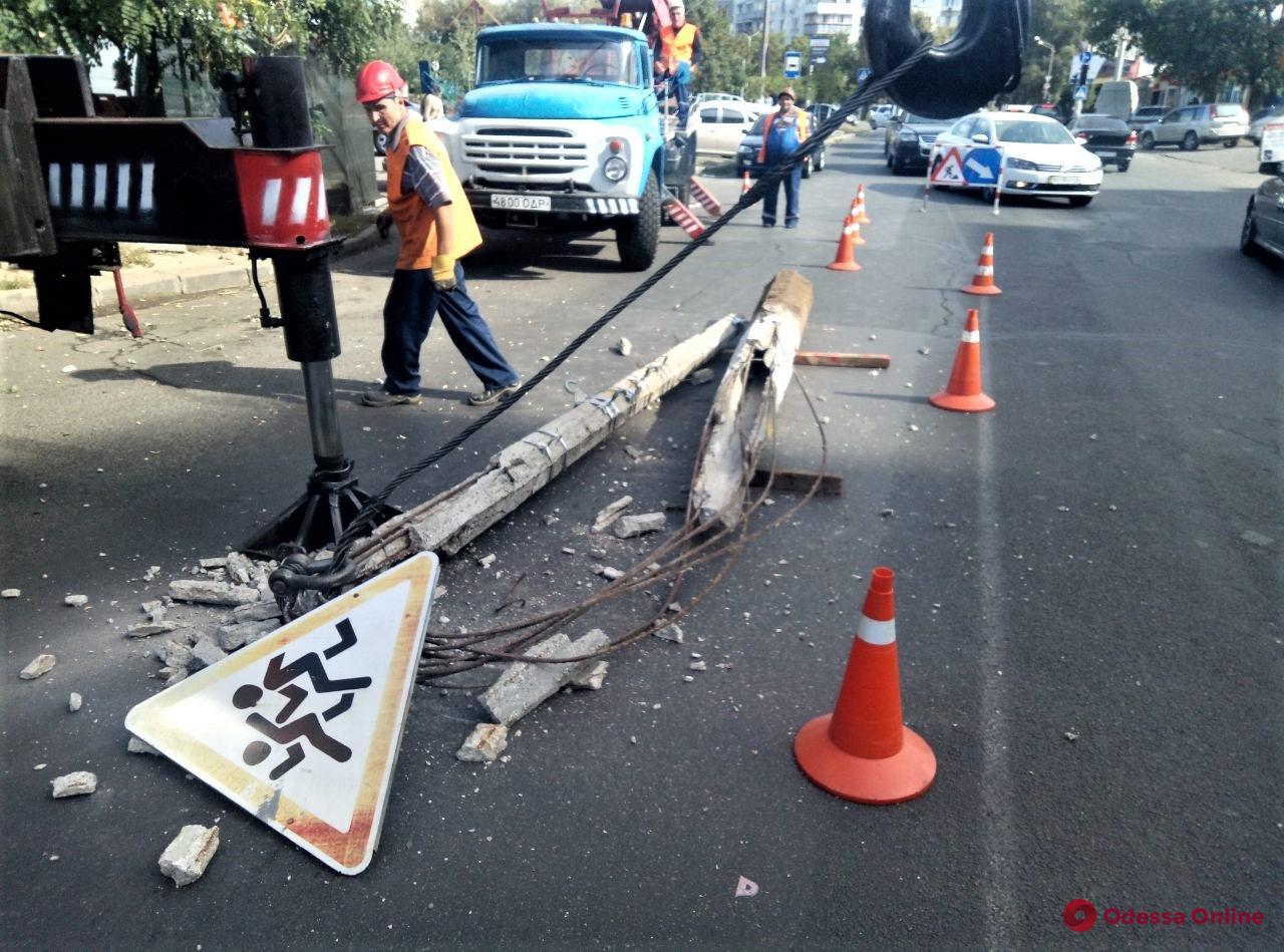 В Одессе ремонтируют аварийные электроопоры