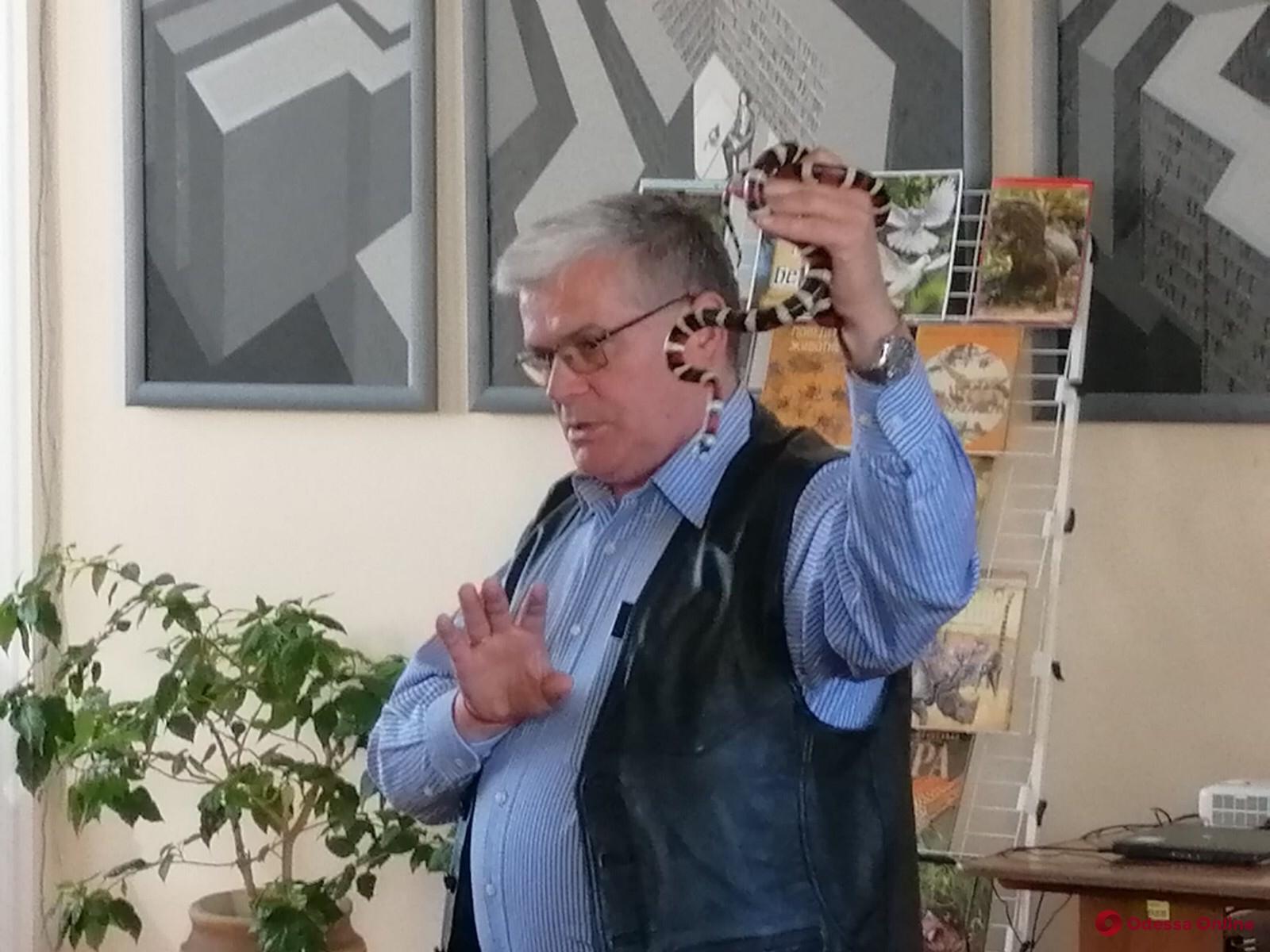Одесский зоопарк передал новые книги городским библиотекам