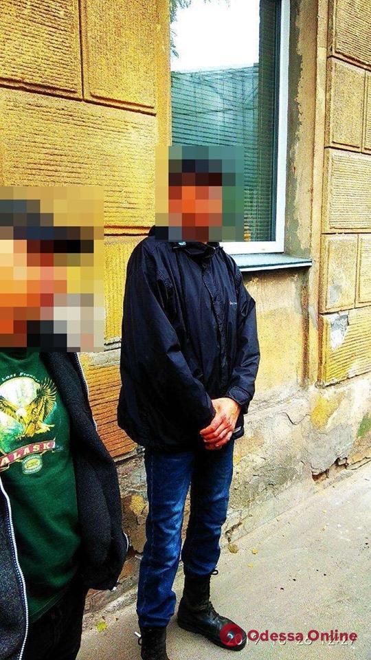 На Старосенной площади избили и ограбили мужчину