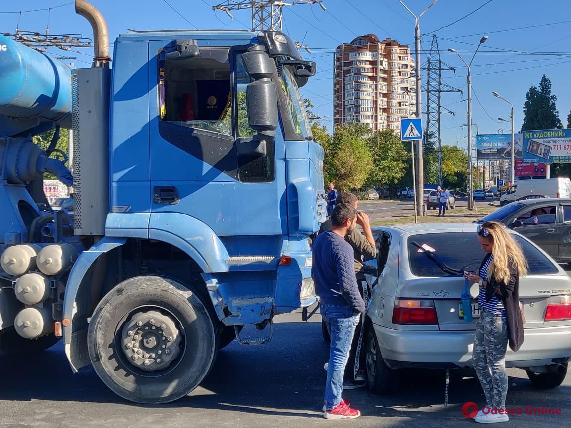В Одессе столкнулись бетономешалка и легковушка