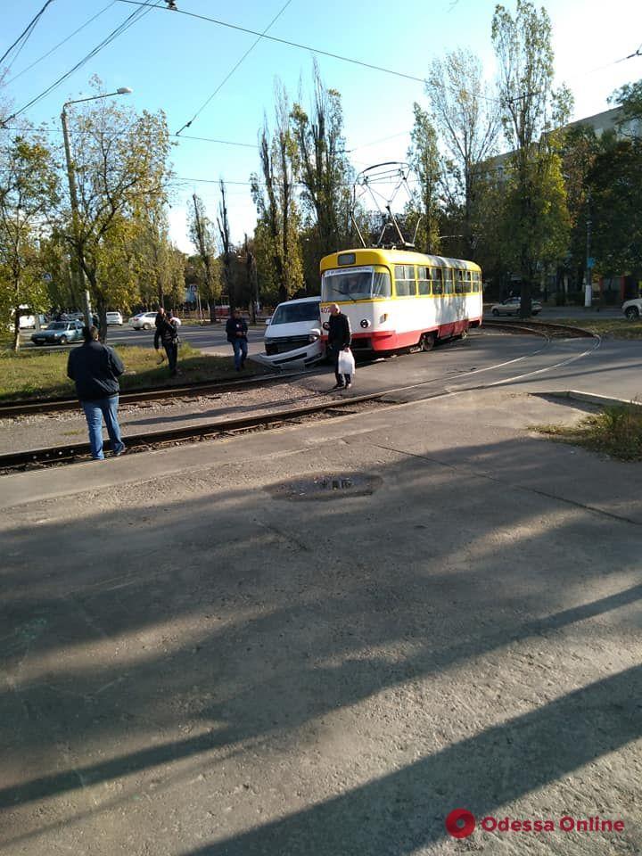 На Черемушках трамвай сошел с рельсов из-за ДТП
