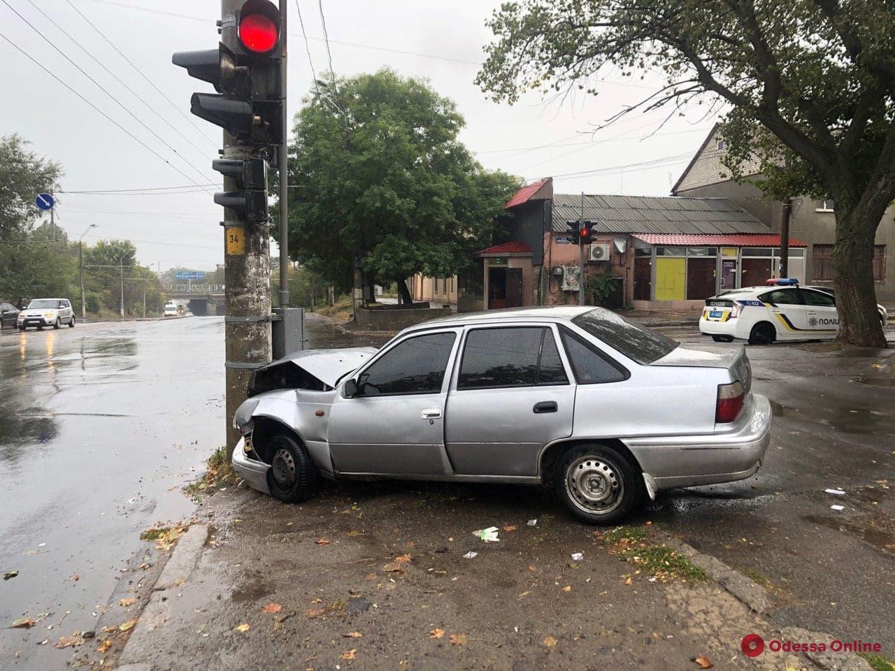 В Одессе легковушка врезалась в столб — пострадали два человека