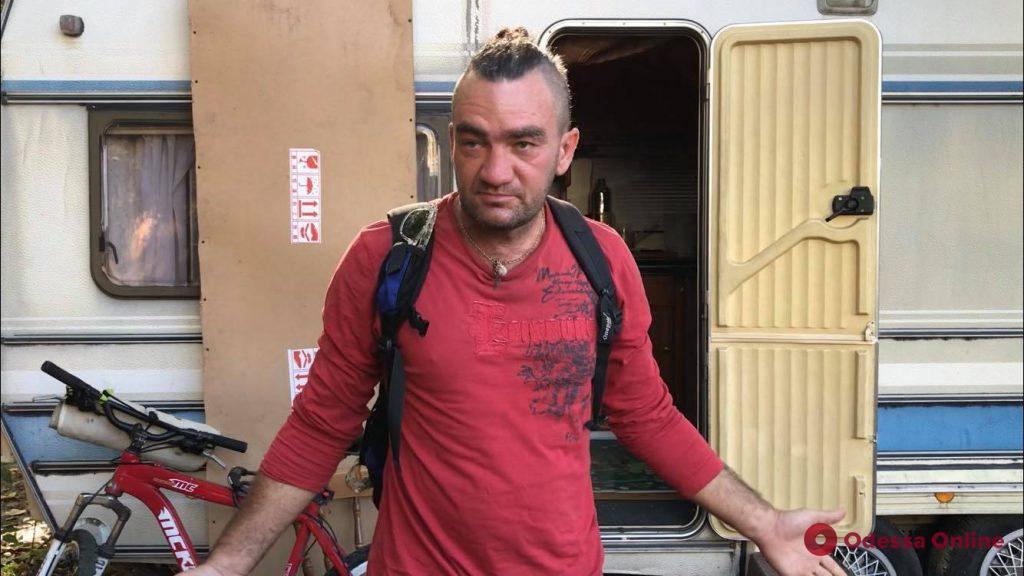 Жизнь «по-американски»: в одесском дворе молдаванин поселился в доме на колесах