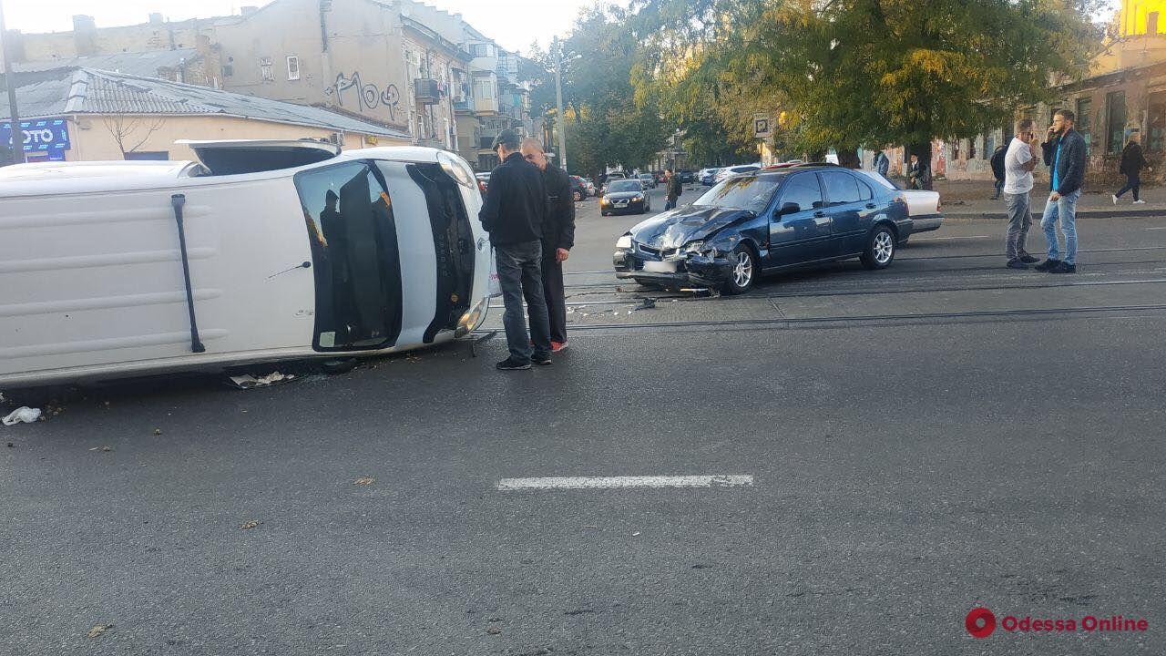 В центре Одессы столкнулись Renault Kangoo и Honda
