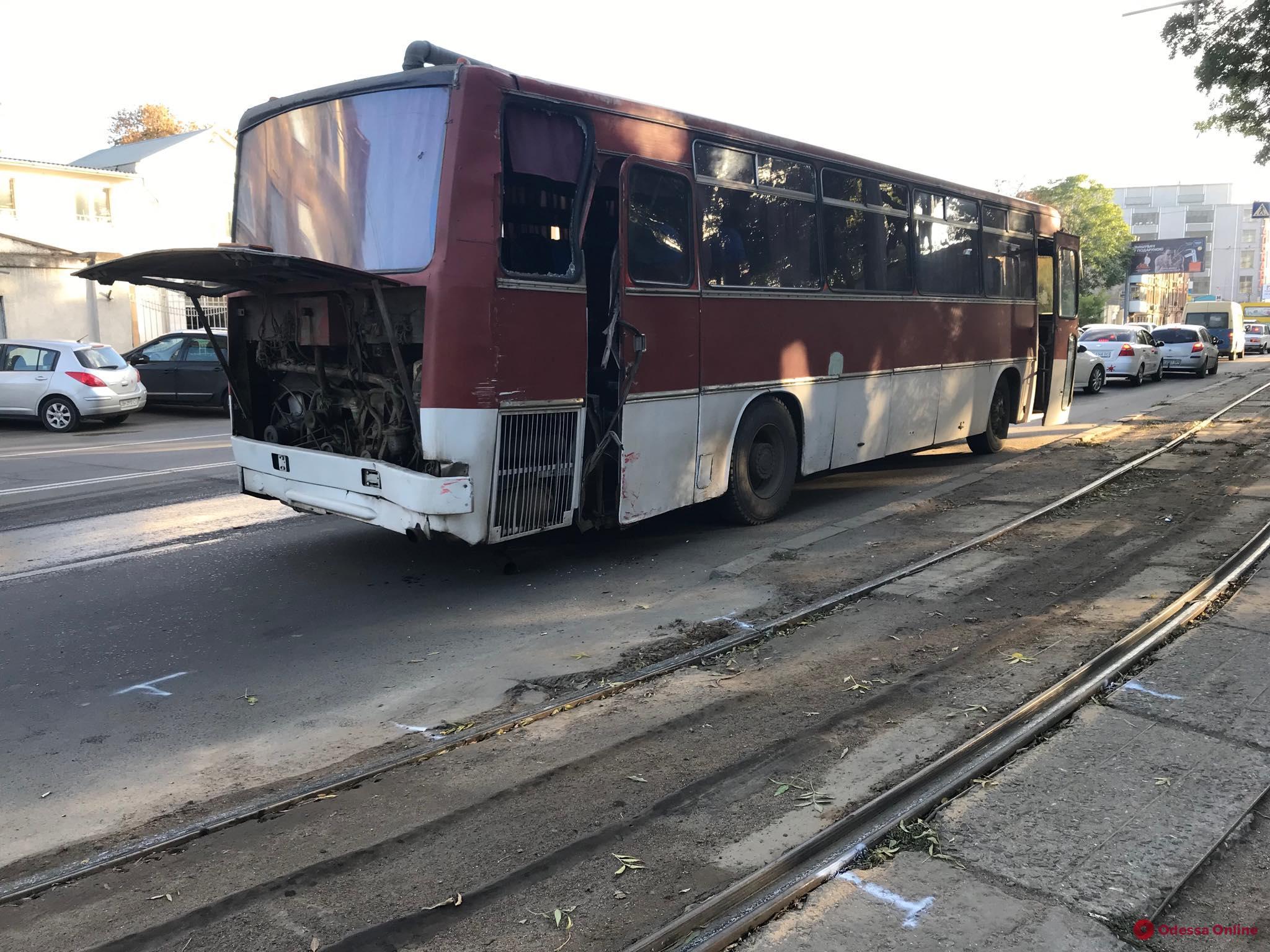 На Водопроводной столкнулись трамвай и автобус (фото)