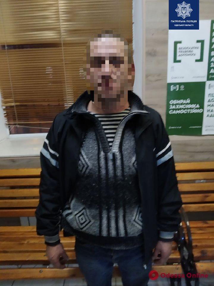 Избил и забрал деньги: в центре Одессы грабитель напал на мужчину