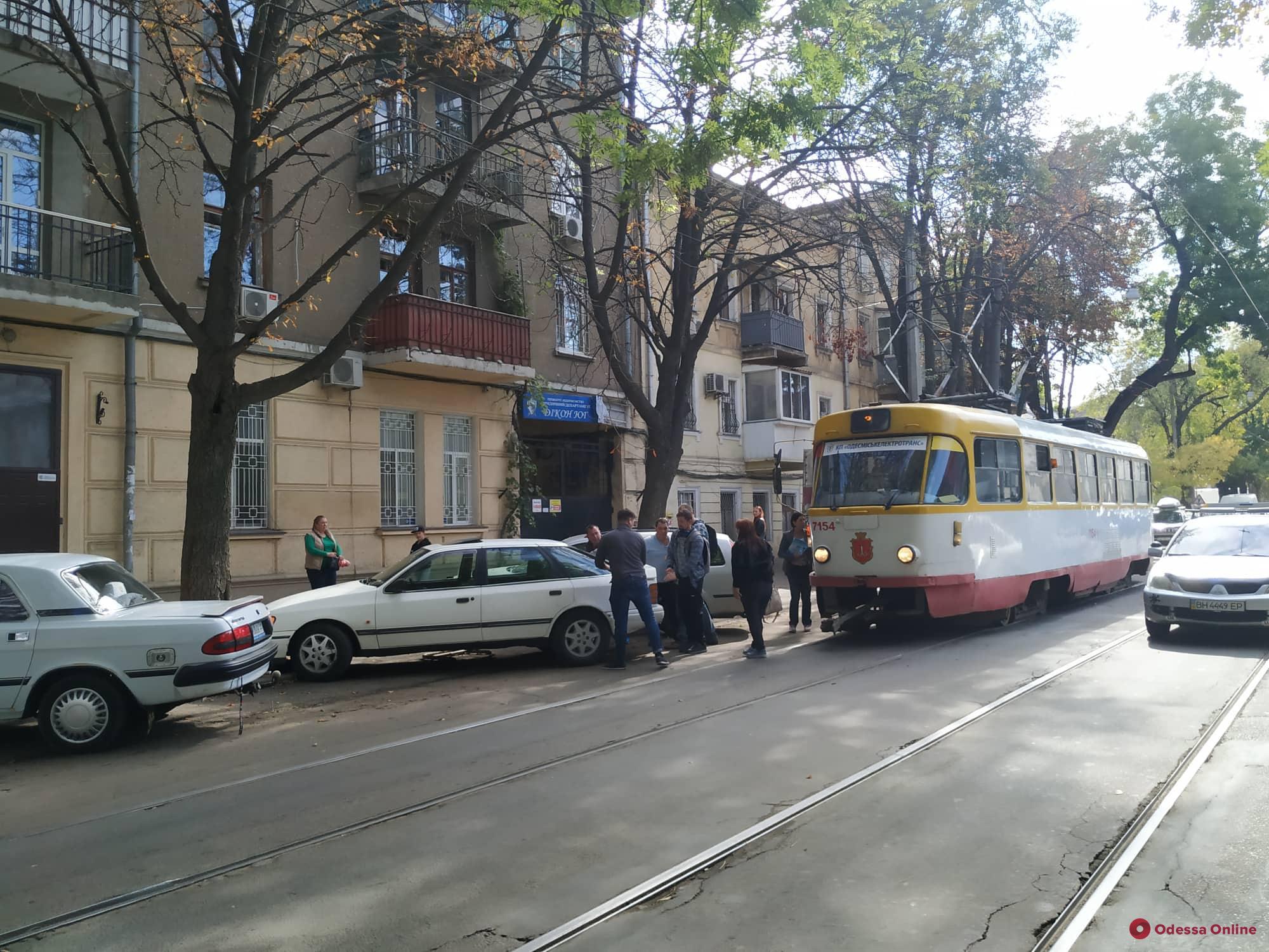 В Одессе пассажиры трамвая передвинули машину автохама