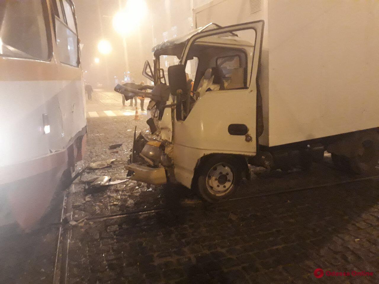 На Тираспольской площади трамвай столкнулся с грузовиком