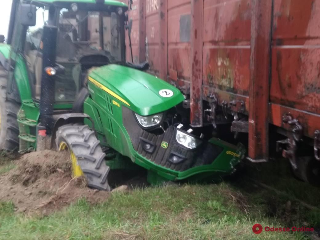 В Одесской области поезд протаранил трактор и сошел с рельсов