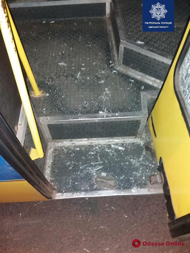 Пьяный неадекват разбил стекла в одесской маршрутке