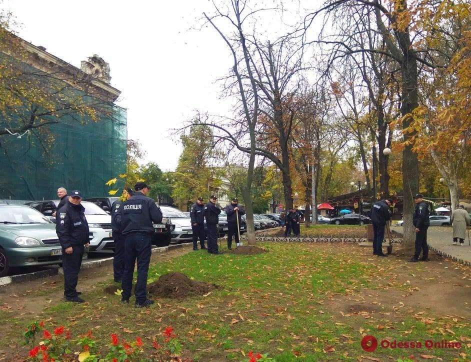 На Александровском проспекте высадили деревья в память о погибших правоохранителях