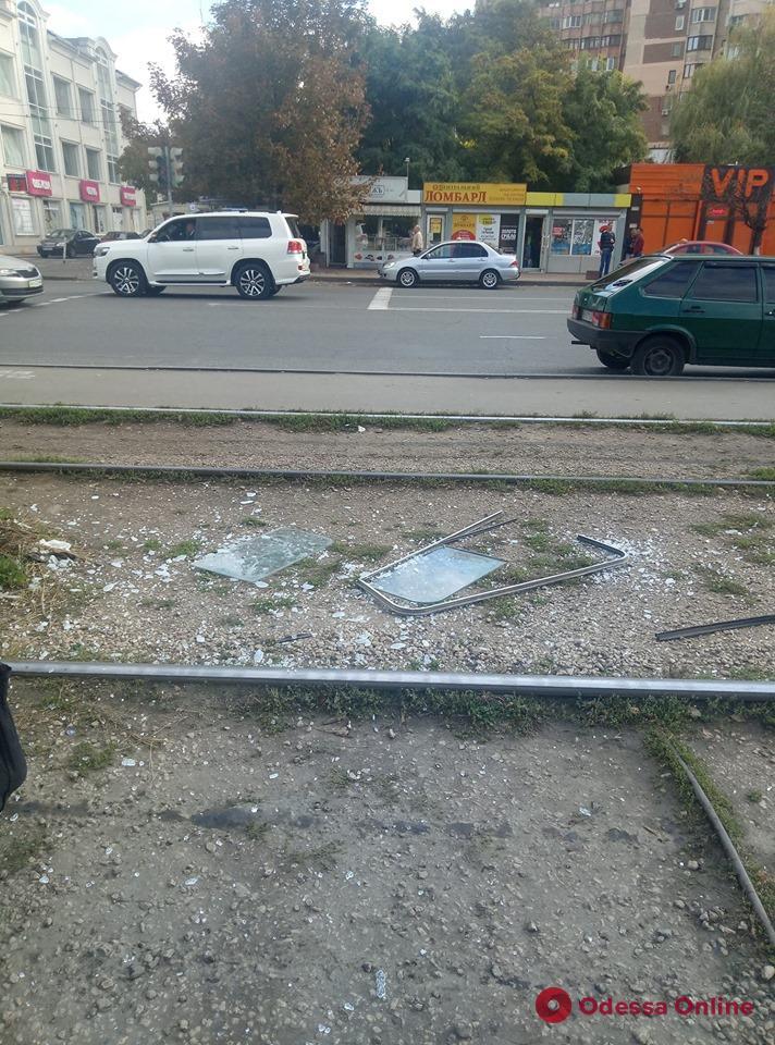 Неудачно облокотился: пассажир выдавил стекло в одесском трамвае