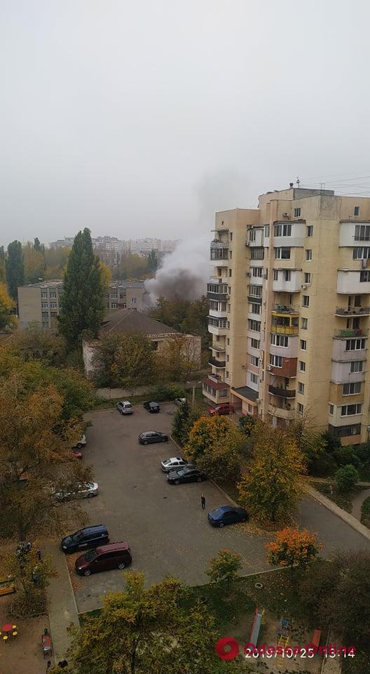 В районе Школьного аэродрома горит заброшенное здание (видео, обновлено)