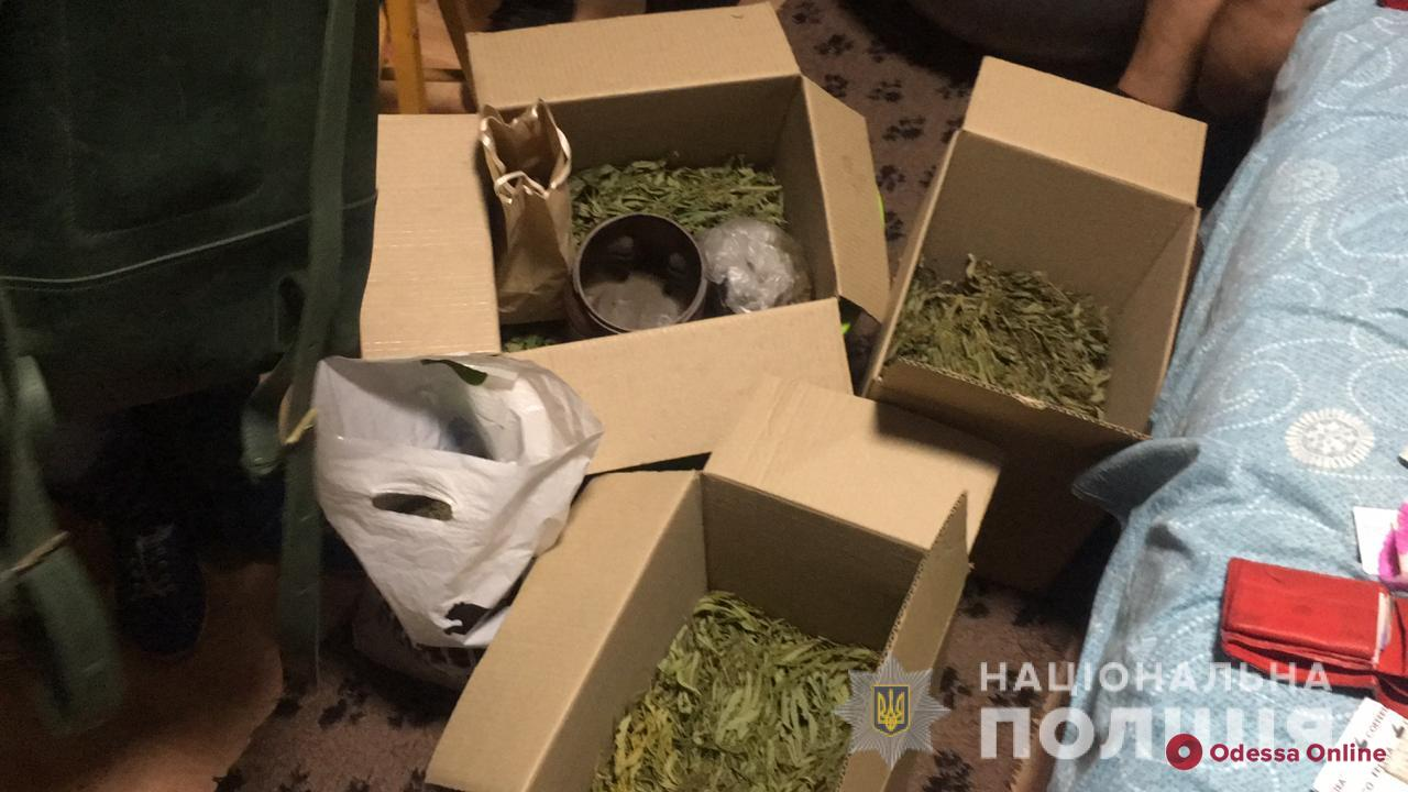 Дома у жителя Одесской области нашли коноплю и оружие