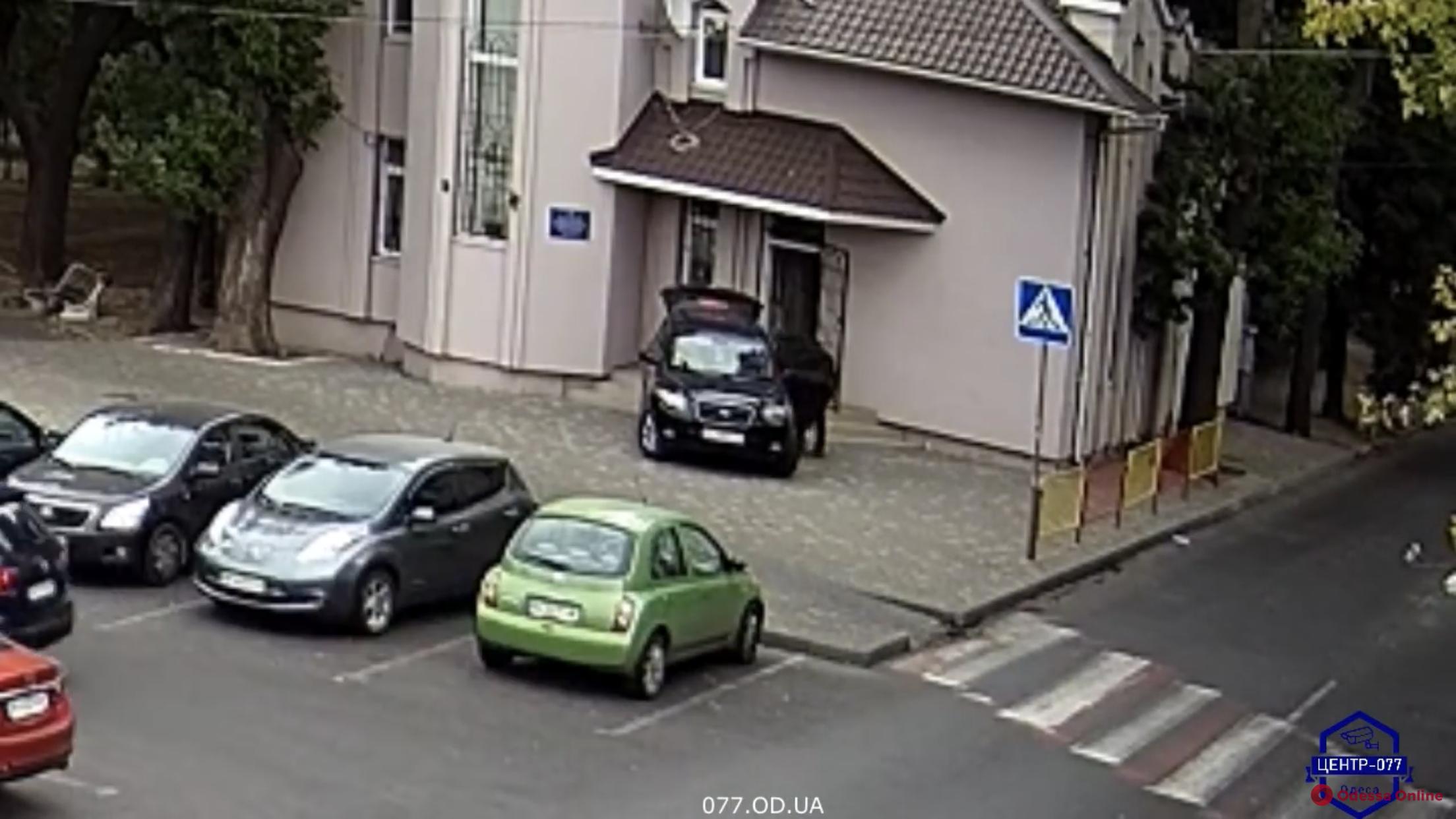 Сотрудники одесского «Поста №1» тайно выносили казенное имущество (видео)