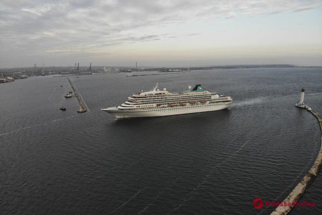 В Одесский порт зашел большой круизный лайнер (фоторепортаж)