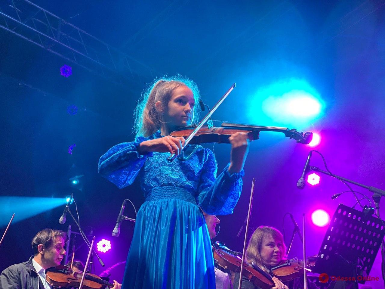 Open air в непогоду: в Летнем театре играли «золотые скрипки» (фоторепортаж)