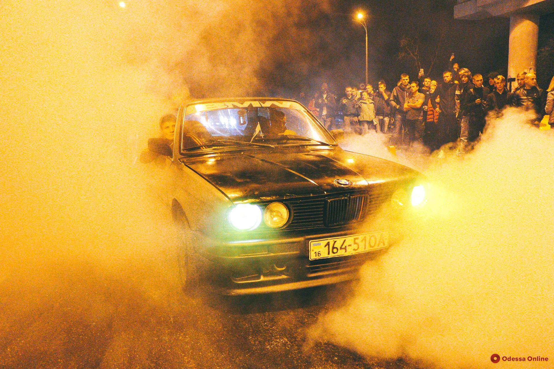 Одесские любители скорости и паленой резины: экстремальные ночные гонки под мостом (фото, видео)