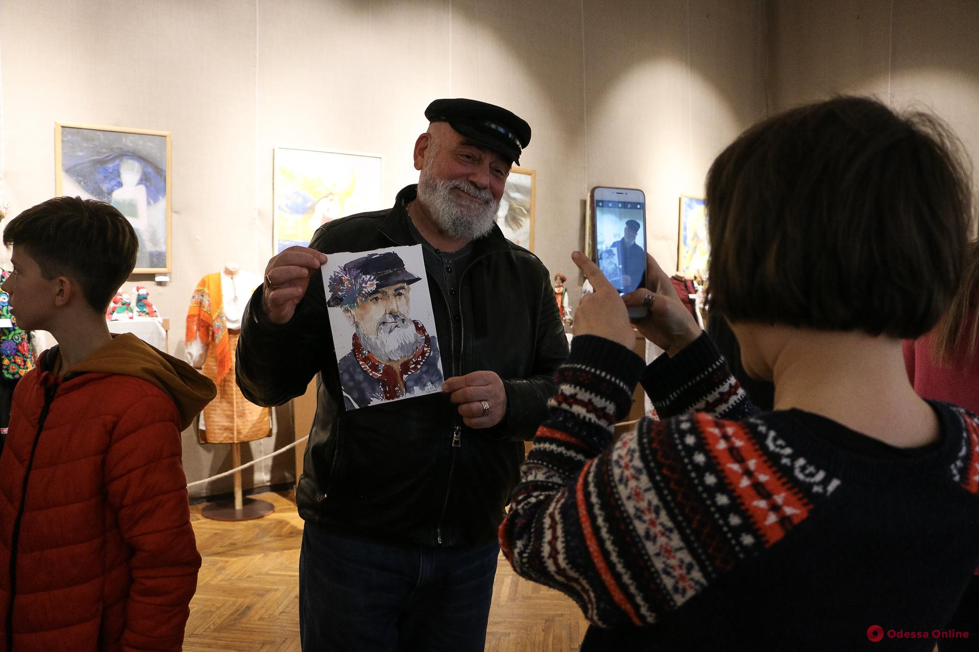 В музее западного и восточного искусства одесситов рисовали в старинных украинских костюмах (фото)