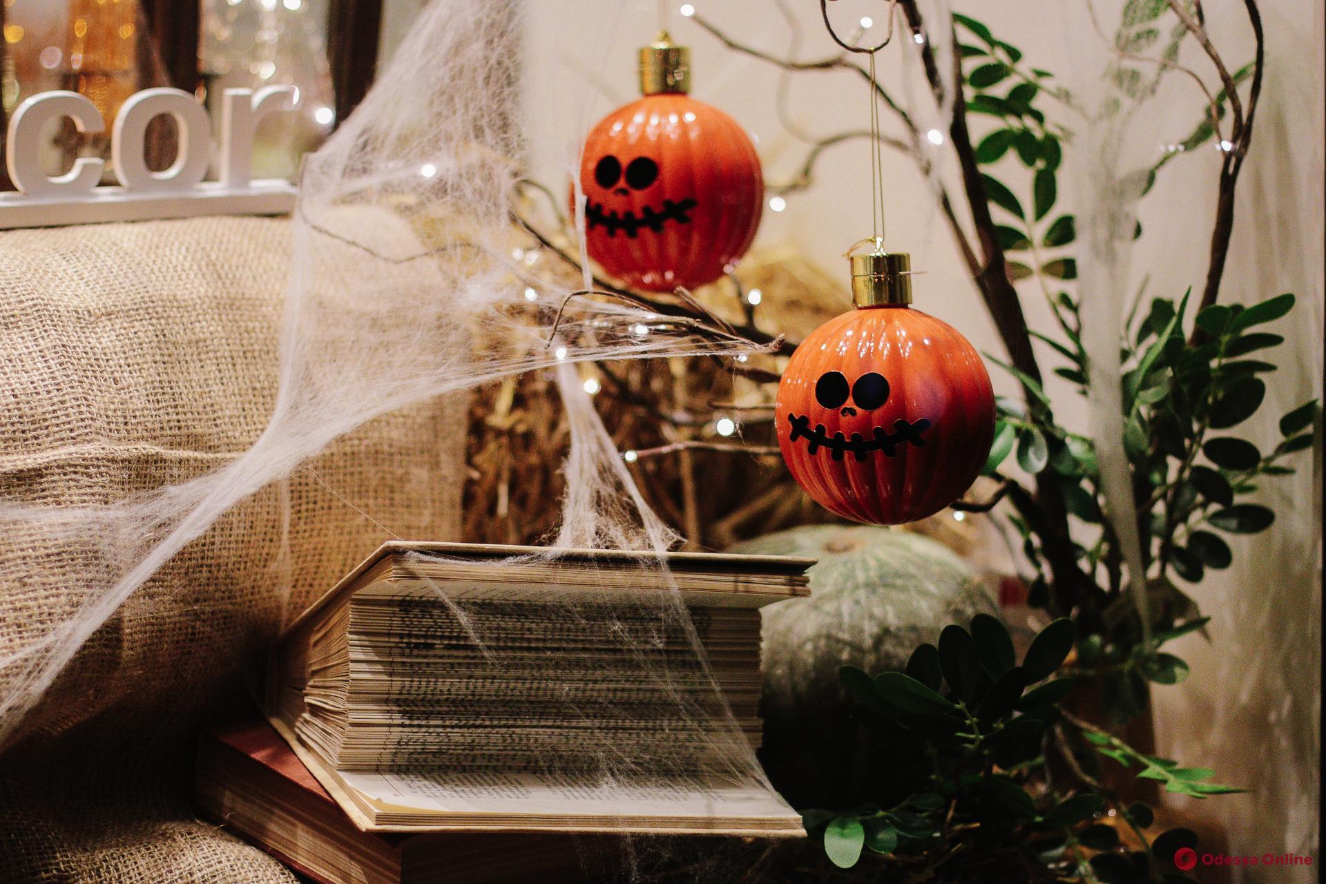 Тыквы повсюду: одесские витрины преобразились к Хэллоуину (фоторепортаж)