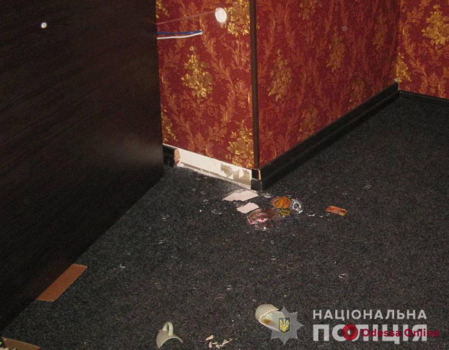 В одесском «злачном месте» посетитель душил администратора, а тот ударил его ножом