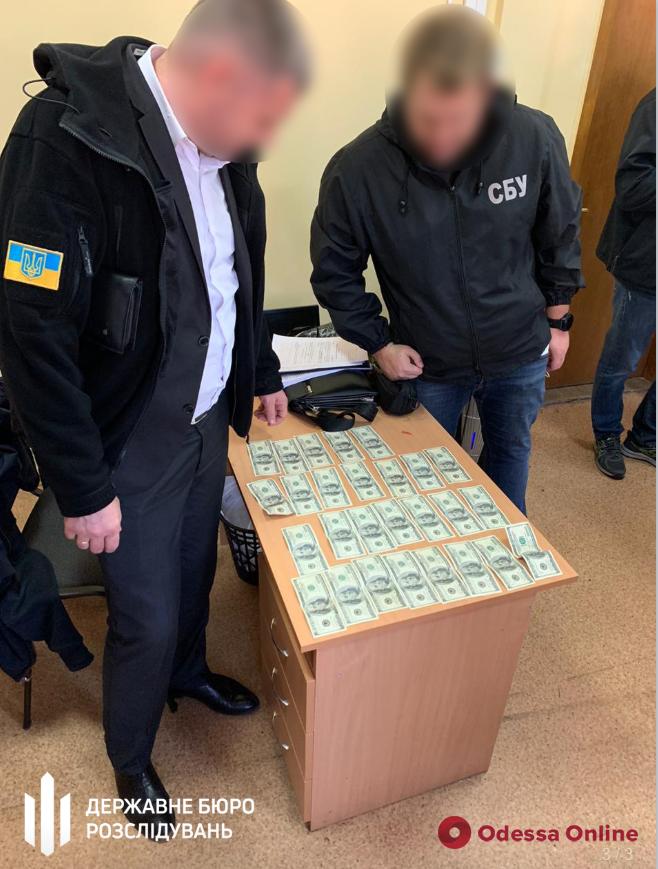 В Одессе чиновник исполнительной службы требовал 2 700 долларов за снятие ареста с авто