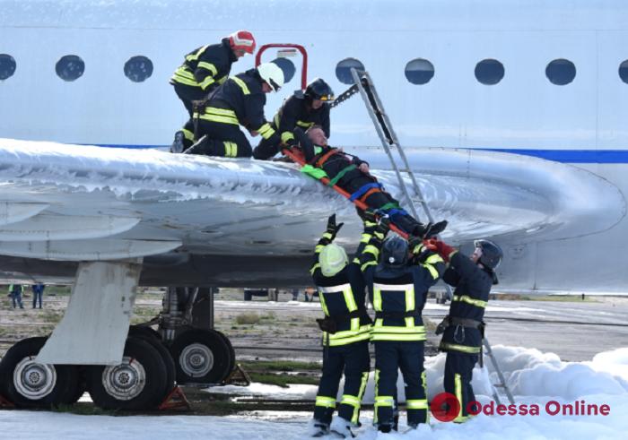 Спасатели провели учения в Одесском аэропорту (фото)