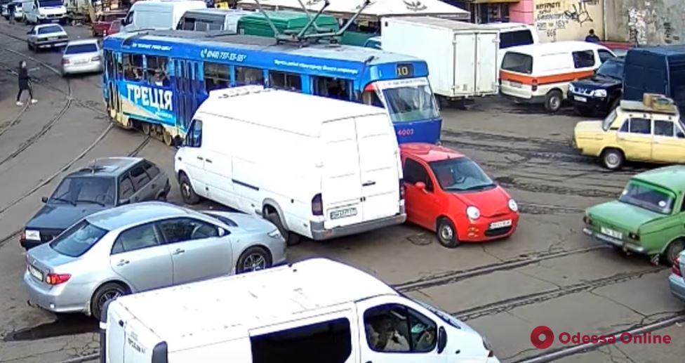 В Одессе автоледи на маленьком Chery заплатит штраф за «виртуозную» парковку