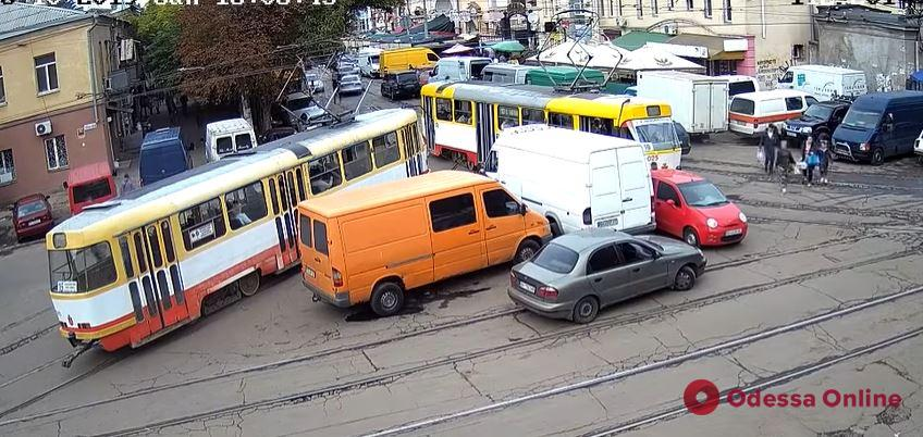 «Пинг-понг» на рельсах: на Преображенской пассажиры трамвая двигали машину автоледи (видео)
