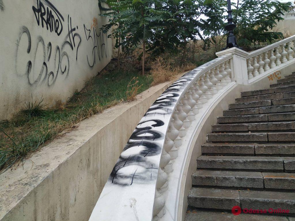 Вандалы продолжают уродовать мост Коцебу