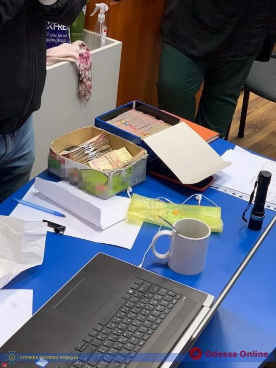 Сотрудница одесского учебного центра требовала деньги у моряков
