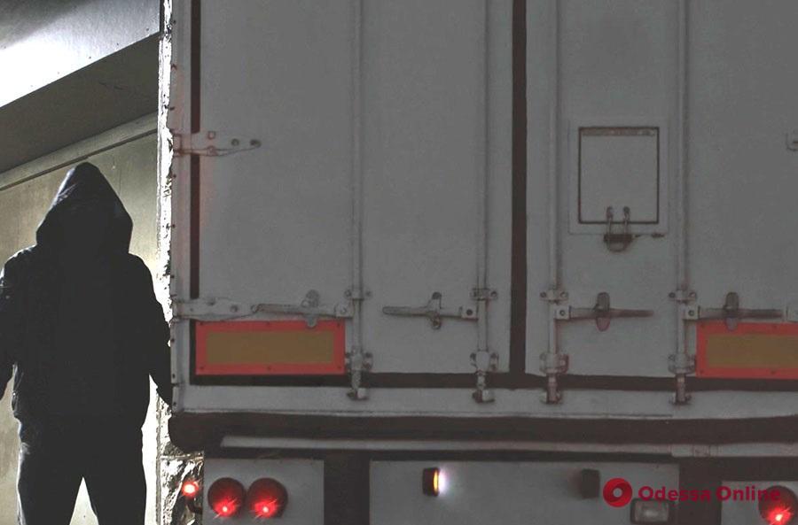Двое одесситов «обчистили» грузовой автомобиль
