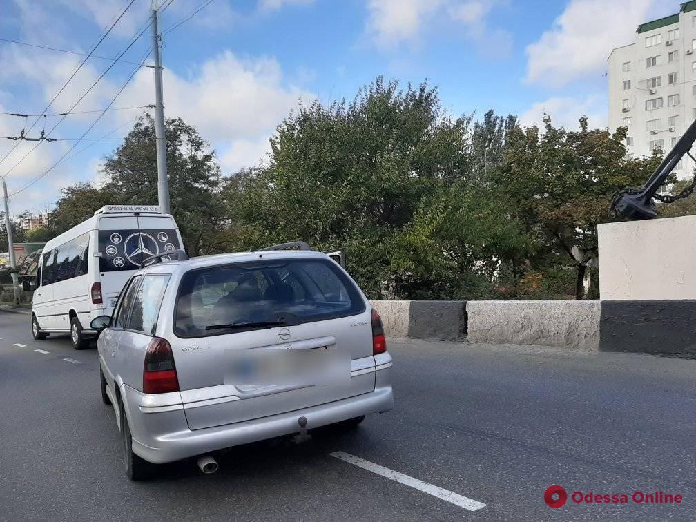 Возле Ивановского моста легковушка «догнала» микроавтобус
