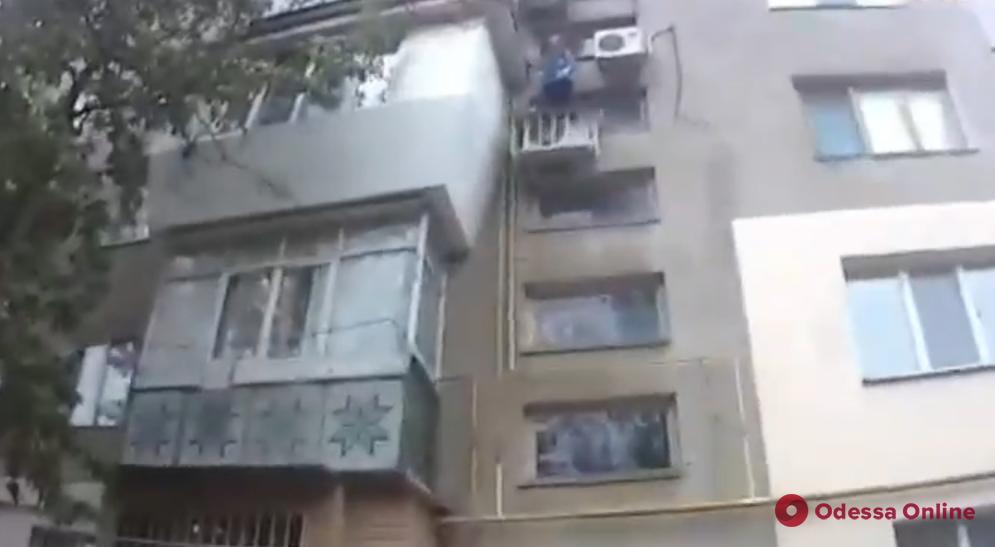 Стояла на кондиционере: патрульные спасли от падения с четвертого этажа пожилую измаильчанку (видео)
