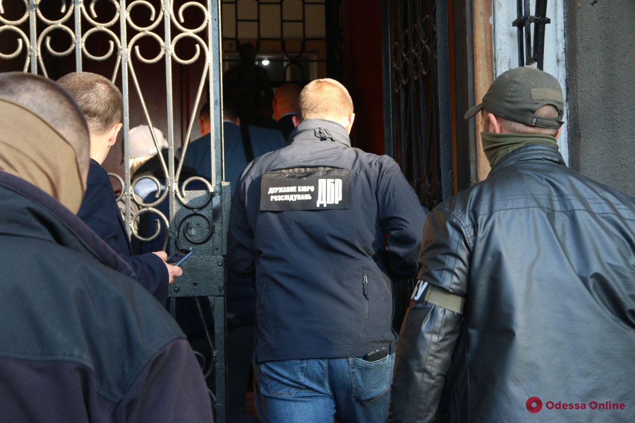 Следственные действия в Хмельницком ОП — трех полицейских подозревают во взятке
