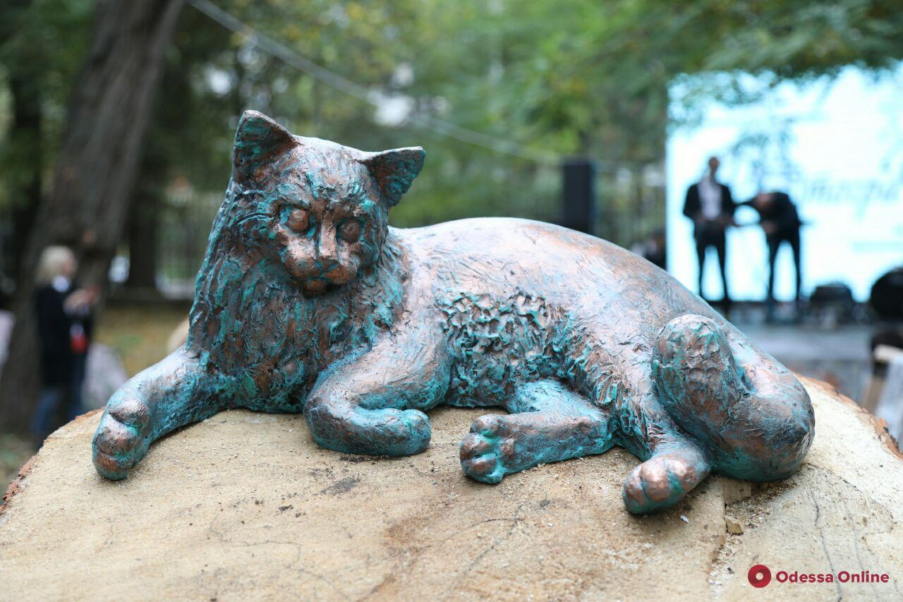 Возле «Замка монстров» на Французском бульваре появилась скульптура кота (фото)