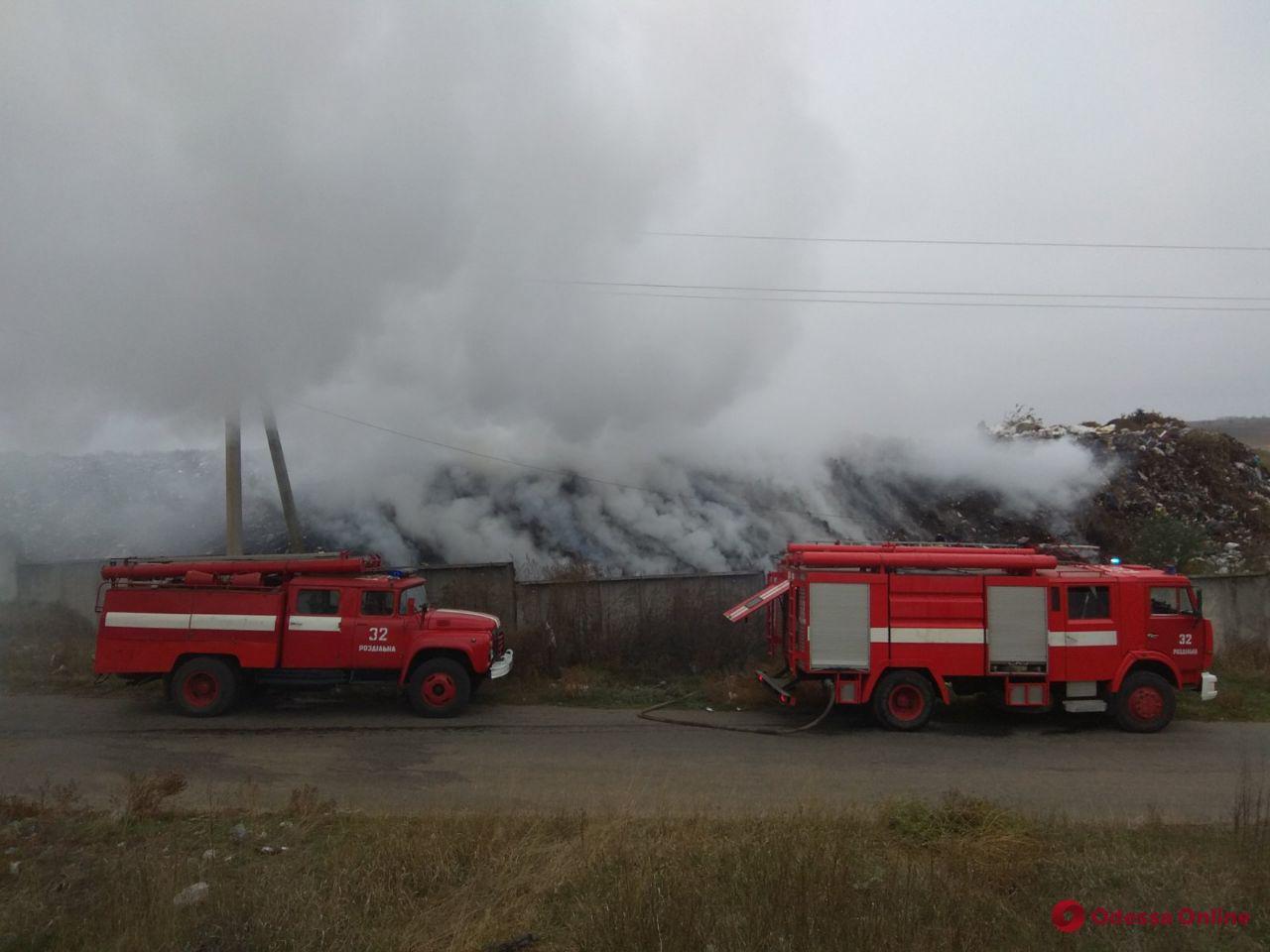 В Одесской области спасатели тушили пожар на мусорной свалке
