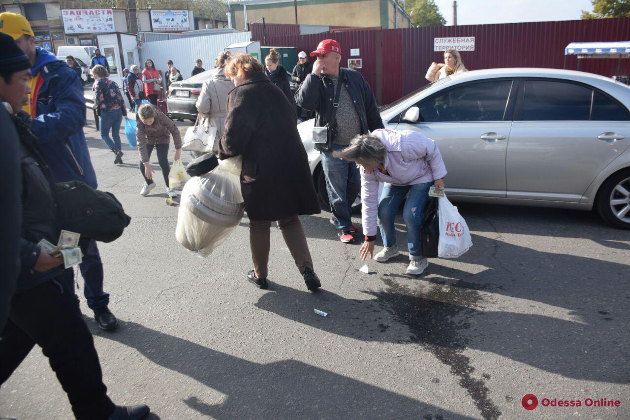 «Аттракцион неслыханной щедрости»: на 7-м километре одесситы наперегонки собирали разбросанные доллары