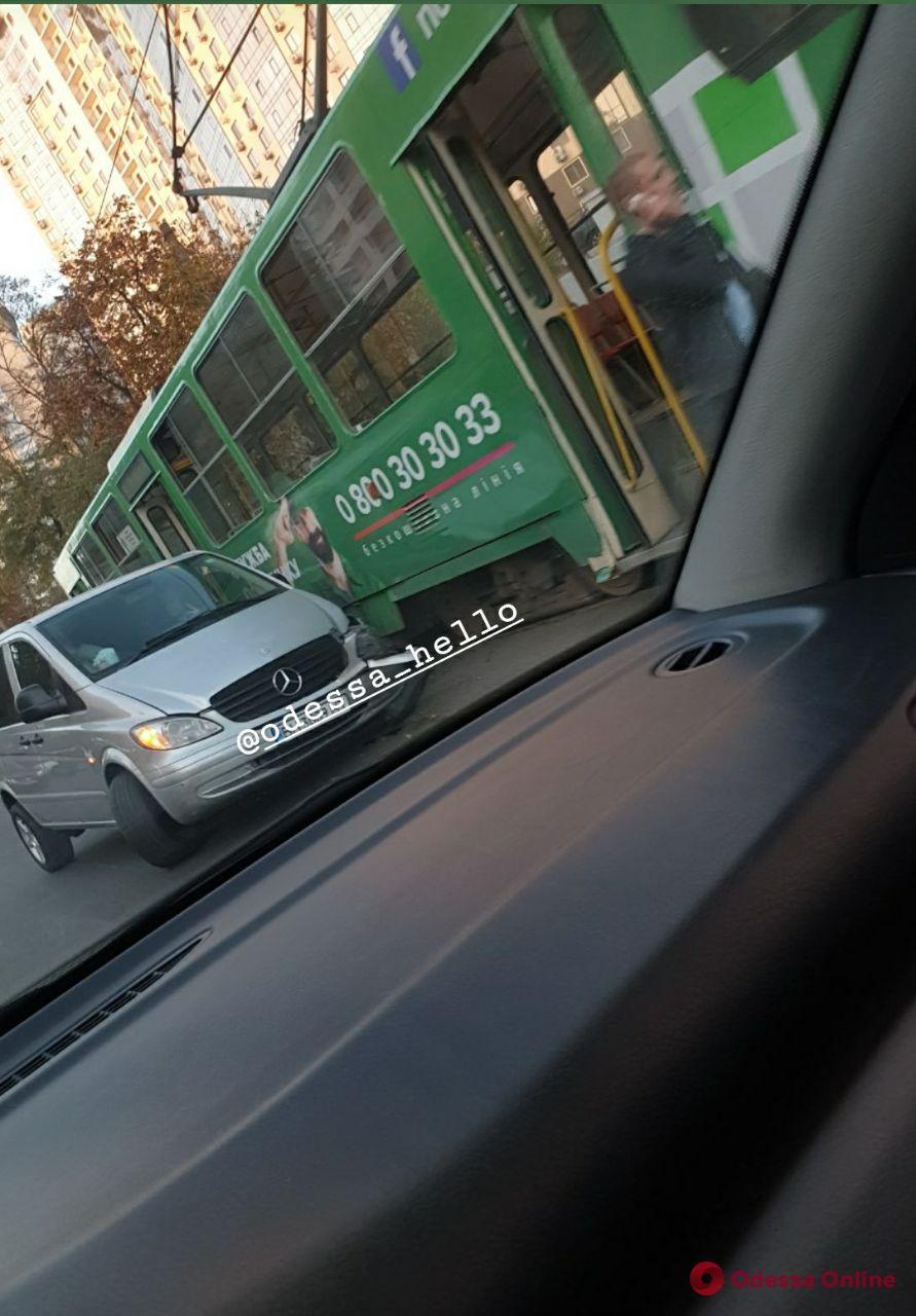 На Генуэзской трамвай и Mercedes не поделили дорогу