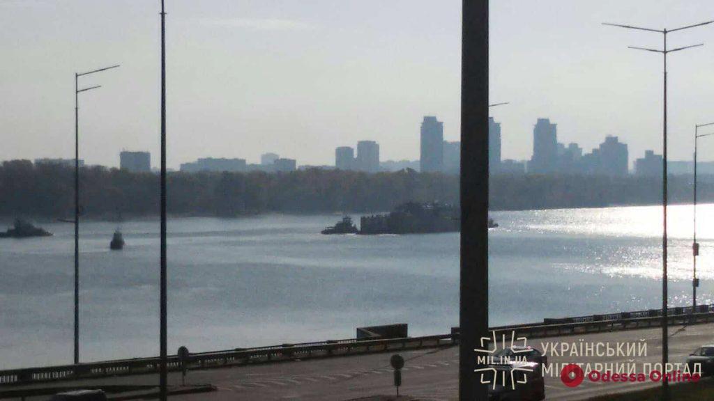 В Одессу в плавучем доке переправляют военный корабль