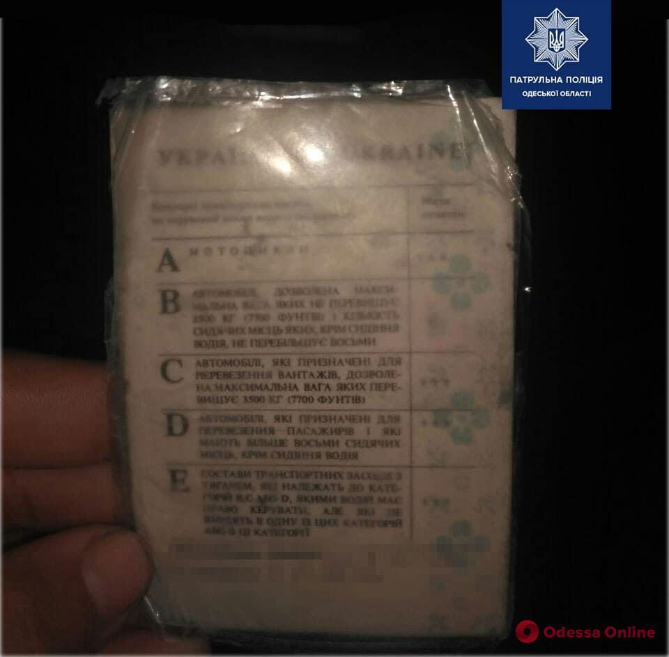 «Спалился» на фаре: на Таирова остановили водителя с поддельными правами