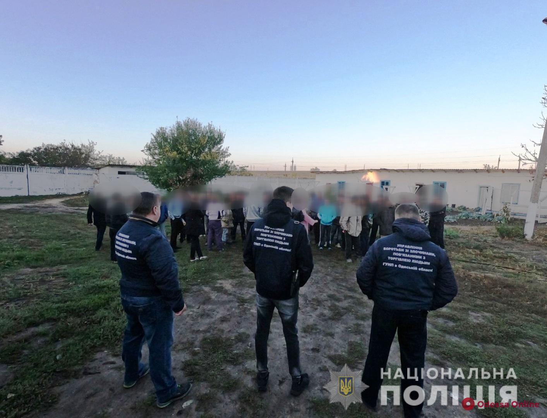 Избивали и морили голодом: под Одессой освободили трудовых рабов